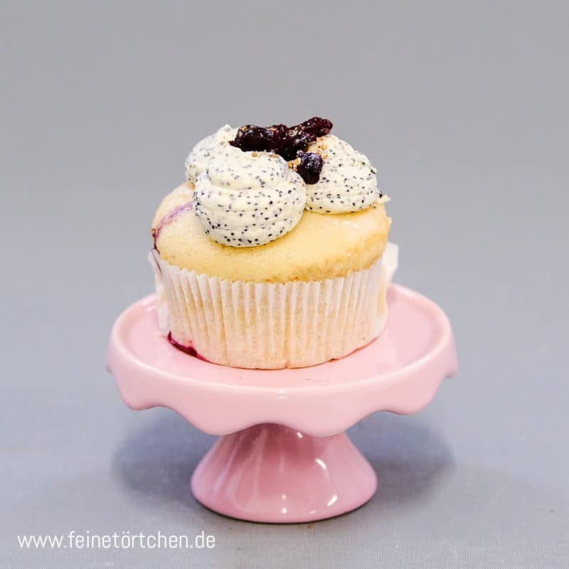 Vanille Cassis Mohn Cupcake